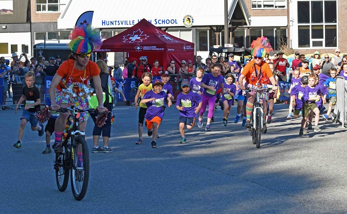 And they're off! The kids' fun run, led by the rockin' mobile cheer squad
