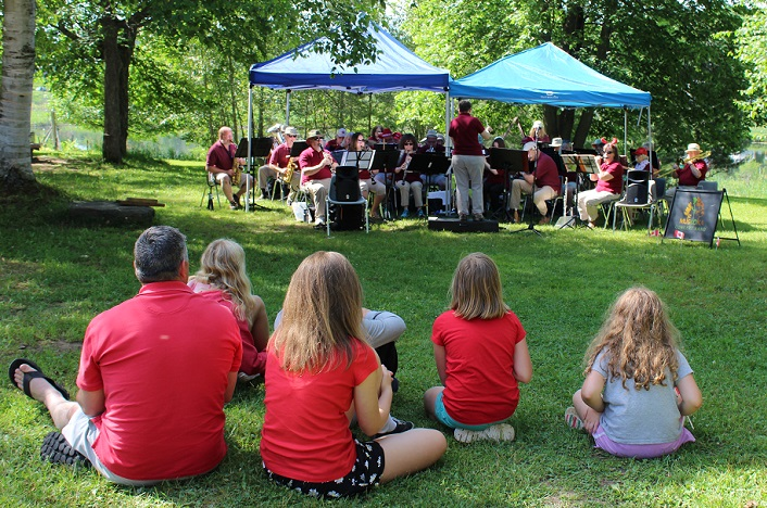 Mayor Scott Aitchison and neices watch the Muskoka Concert Band