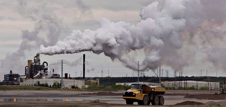 Syncrude oil sands facility near Fort McMurray, Alberta in 2014 (Jason Franson / The Canadian Press)