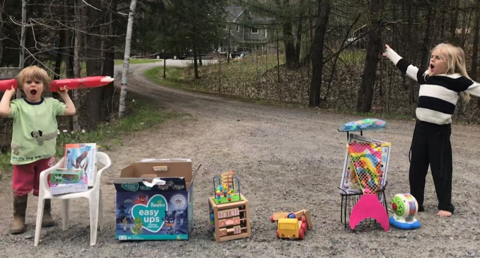 Oliver (left) and Paisley at their yard sale in May 2020 (supplied)